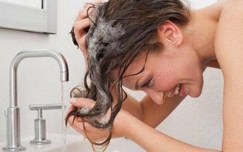 масажирайте скалпа за лъскава коса