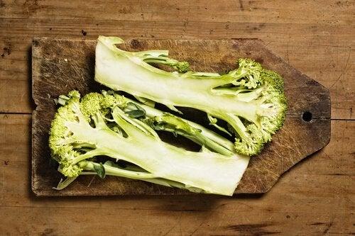 Стеблатана броколите съдържат много фибри
