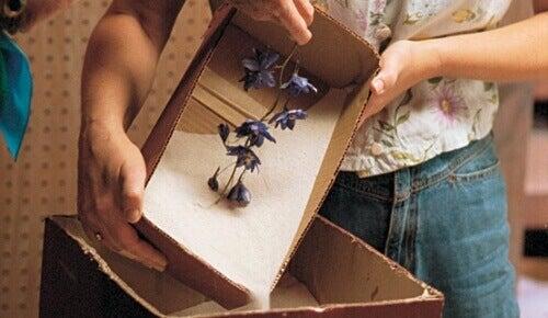 сушене на цветя с пакетчета силициев гел