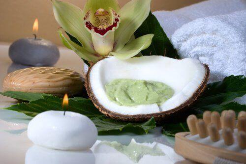 маска с авокадо и кокос за контролиране на къдравата коса