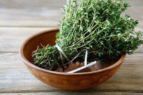 мащерката е едно от тези ефикасни растения с грижа за косата