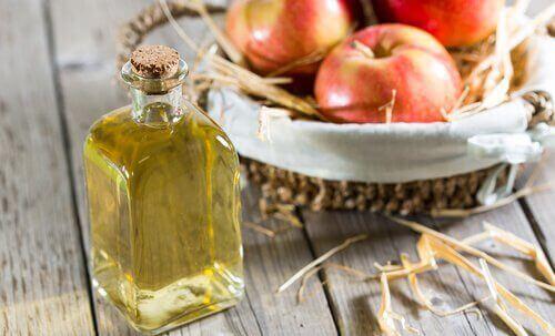 ябълковият оцет спомага контролирането на къдравата коса