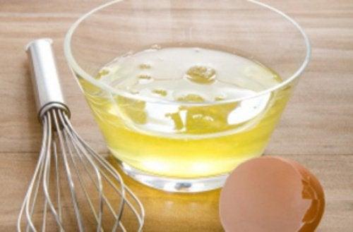 яйцата са сред натуралните средства за контролиране на къдравата коса