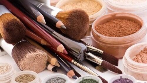 Внимание! 10 козметични продукти, които никога не трябва да споделяте