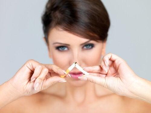 спрете цигарите, за да се предпазите от появата на бръчки