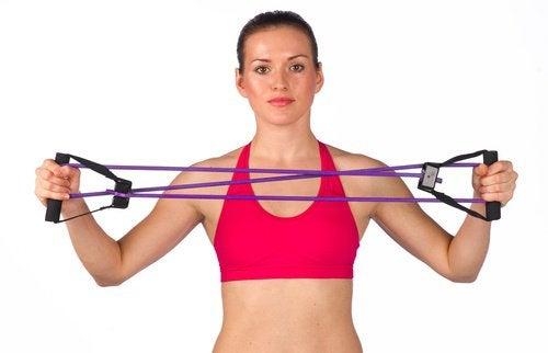 За някои упражнения за раменете се използва гумена лента.