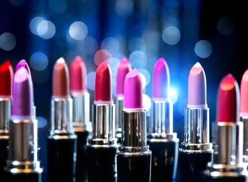 Никога не споделяйте козметични продукти за устни