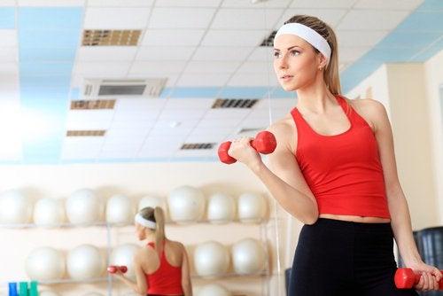 Вдигане на дъмбели за укрепване на раменете
