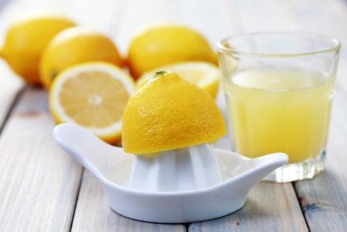 Сокът от лимони съдържа много полезни вещества.