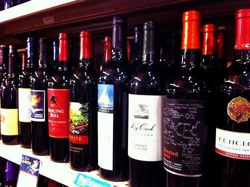 Червеното вино е една от причините за потъмняването на зъбите