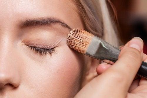 козметични трикове - използвайте грим за база