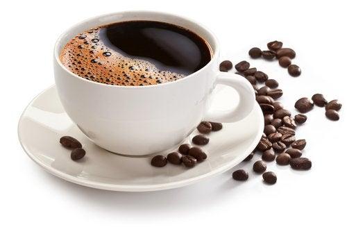 Кафето и чаят правят зъбите жълти