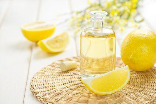 етерично масло от лимон за ароматизиране на косата ви