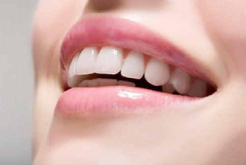 Блестящата и бяла усмивка е синоним на младостта