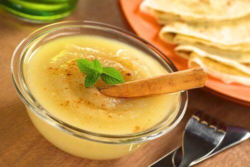 Може да добавите смокиня или круша в ябълковия сос