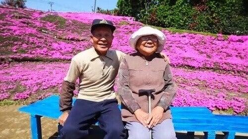 Мъж засади 1000 цветя в знак на любов към сляпата си съпруга