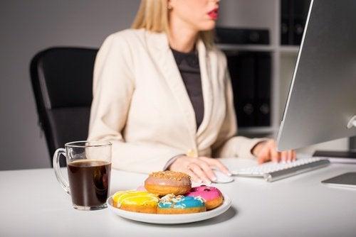 Храненето по време на работа може предизвика симтоми на мигрена.