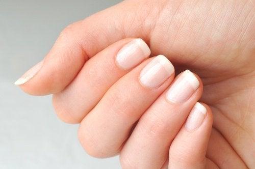 Рициновото масло укрепва ноктите