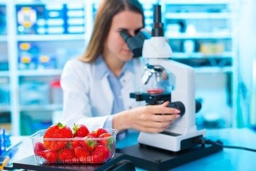 Количеството на пестицидите се контролира в лаборатории.