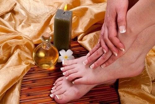 Рициновото масло като грижа за меки стъпала