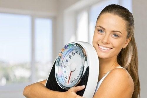 Студеният душ стимулира загубата на излишни килограми