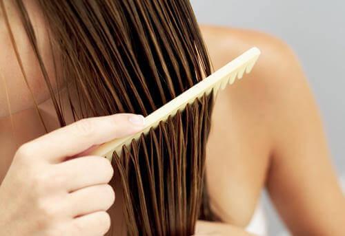 Гребените и четките коса също трябва да се почистват