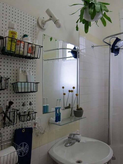 Кошници на стената в банята