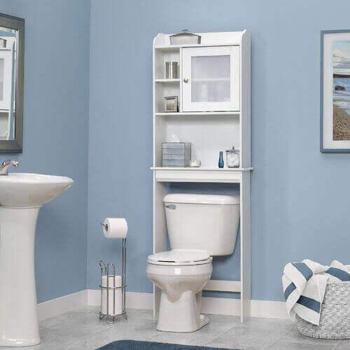 Лавици над тоалетната в банята