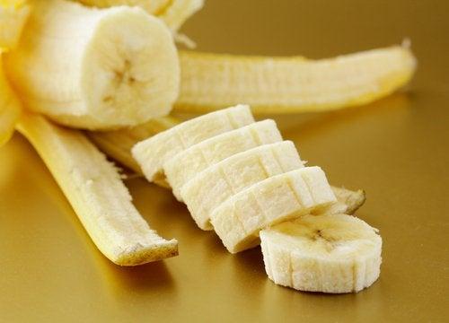 Банановите кори лекуват синините