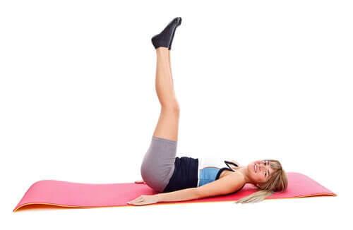Облекчаване на болките в гърба с разтягане на краката