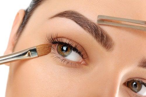 приложения на балсама за устни за запазване на формата на веждите