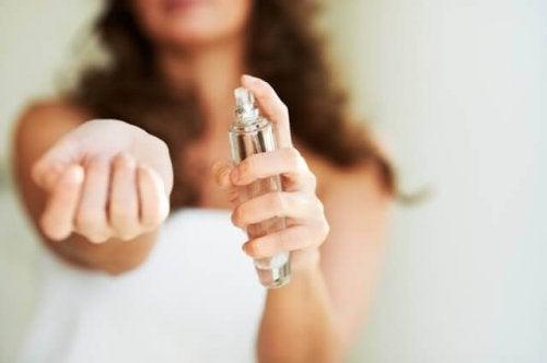 приложения на балсама за устни за удължаване на аромата от парфюм
