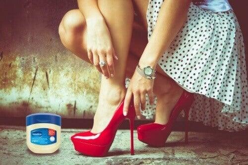 Нанасянето на вазелин по крака ще овлажни кожата и ще ви предпази от протъркване