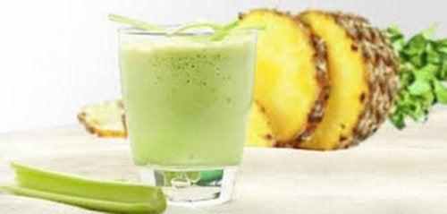 Шейкът от ананас и целина е отличен начин да започнете деня си.