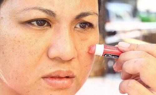 приложения на балсама за устни като слънцезащитно средство