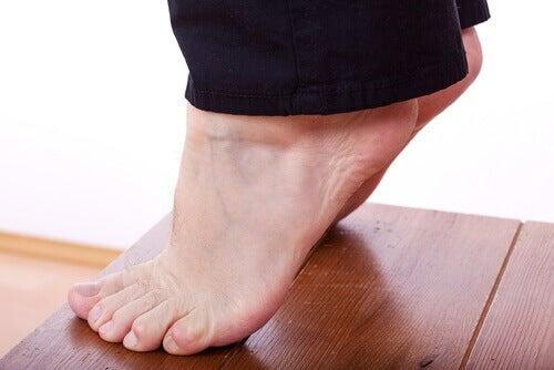 Стоеж на пръсти за облекчаване на болката в петите