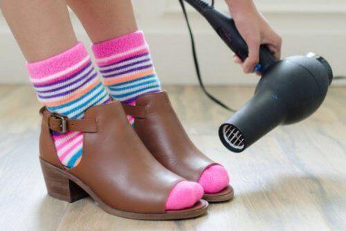 Топлината от сешоара може да омекоти обувките ви и да ги направи точно по мярка.