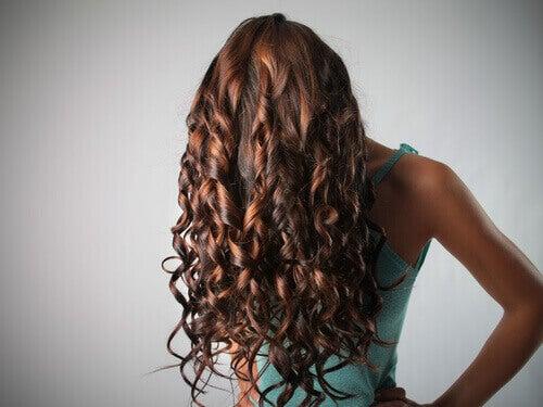приложения на балсама за устни за укротяване на къдравата коса