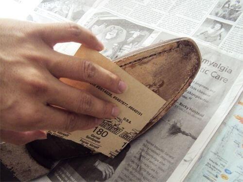 Енергично разтъркайте шкурката в обувките
