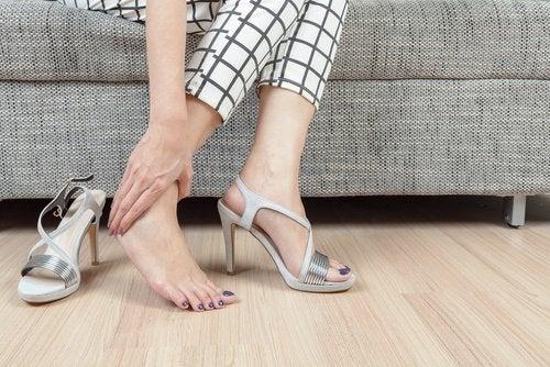 За да излекувате стъпалата трябва да носите удобни обувки.