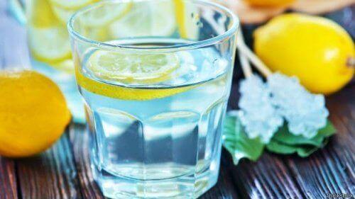 Чаша прясна лимонада поддържа тялото хидратирано