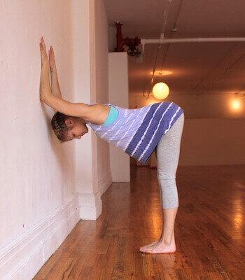 Планк на стена при болки в гърба