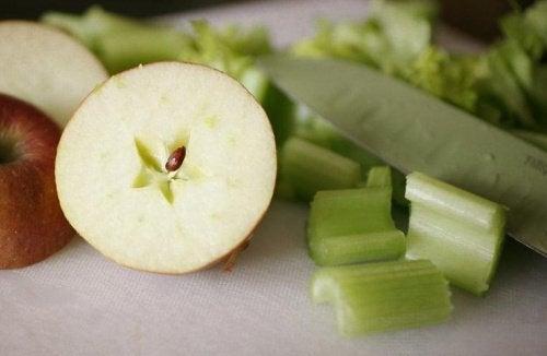 сок от целина и зелена ябълка - подхранваща комбинация
