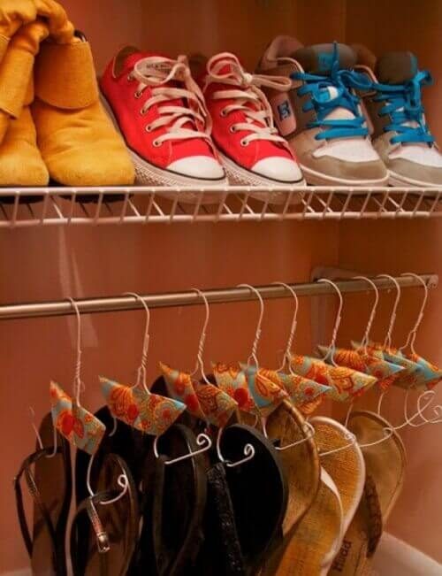 Сложете обувките на закачалки
