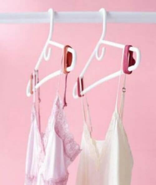 Използвайте чифт гумени ленти, за да попречите на дрехите да паднат от закачалката.