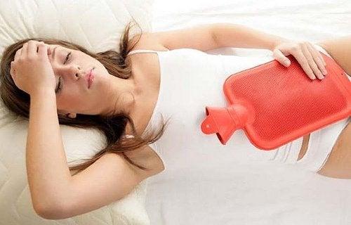 чревни проблеми - един от евентуалните симптоми на ендометриозата