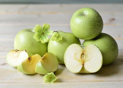 прочистващо смути с ябълки