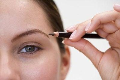 Удължаването на веждите е ефективен грим трик за отслабване на  лицето