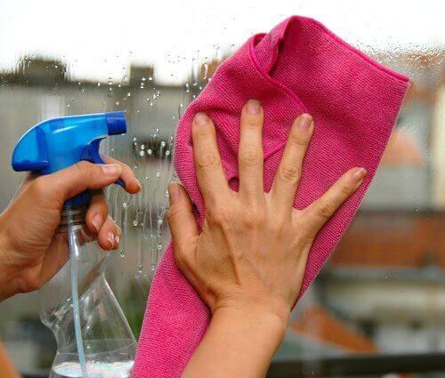 Почистващ разтвор с алкохол, оцет и лимонов сок за стъклени повърхности