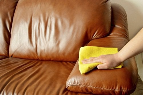 Почистващ мебелите препарат